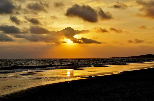 Atardecer en la playa de Guazuvirá