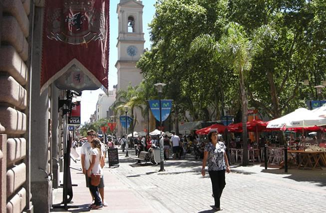 Peatonal Sarandí en la Ciudad Vieja de Montevideo