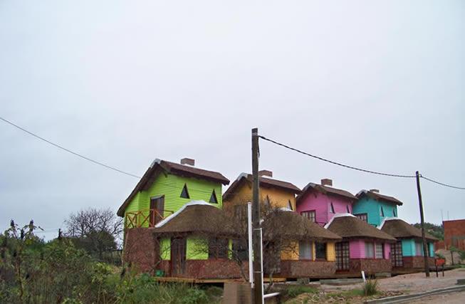 Cabañas coloridas en Punta del Diablo